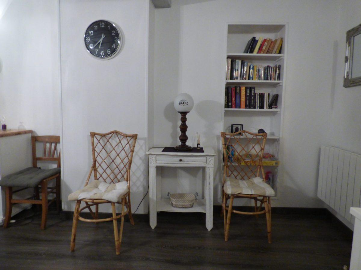 La bibliothèque de l'appartement Kaleho à louer pour des vacances en bord de mer à Dieppe en Normandie.